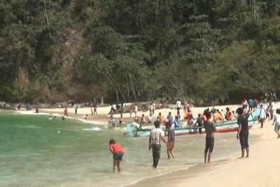 Libur Tahun Baru 2016, Pantai Teluk Ijo Banyuwangi Penuh Turis