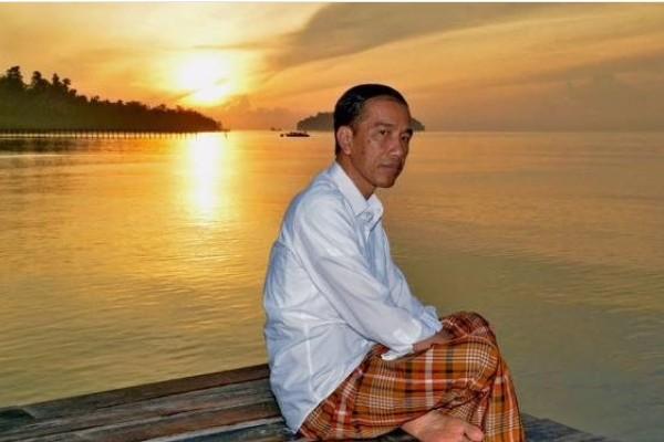 Presiden Jokowi menyaksikan sunrise di Pantai Waiwo, Raja Ampat (Instagram/@ir.jokowidodo)