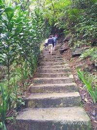 Jalur anak tangga yang harus dilewati untuk ke Curug Sabuk