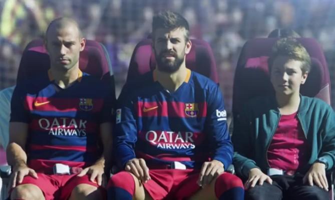 Mascherano dan Pique yang mempraktekan posisi duduk ketika pesawat sedang bermasalah (Youtube/Qatar Airways)