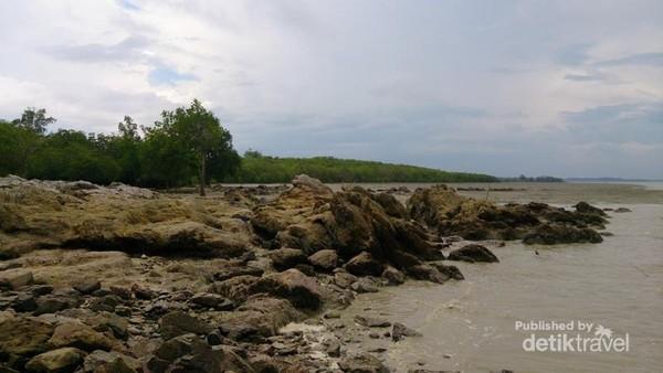 Bebatuan Bertumpangan di Tepi Pantai