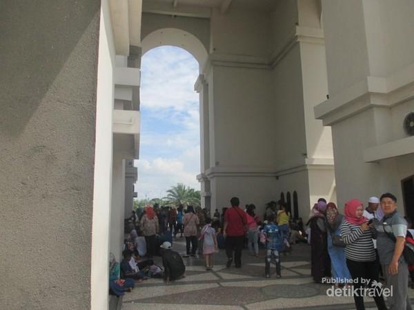 Bagian dalam Simpang Gumul, tidak kalah ramai dengan bagian luarnya.