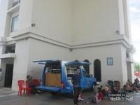 Ada perpustakaan keliling di Simpang Gumul, para pengunjung bisa beristirahat sambil membaca buku.