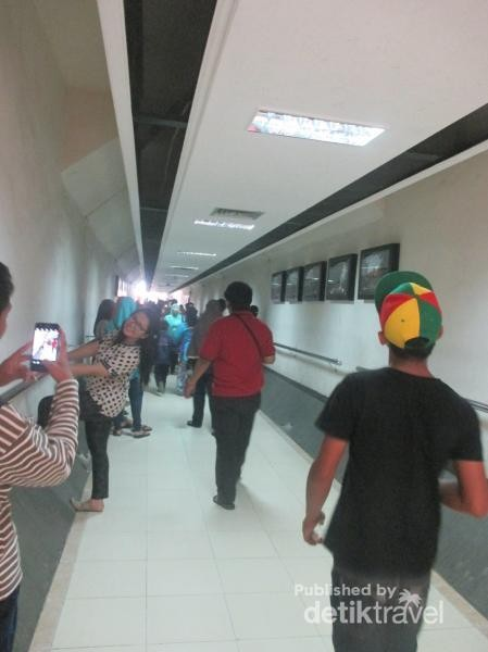 Terowongan dari tempat parkir menuju Tugu Simpang Gumul.