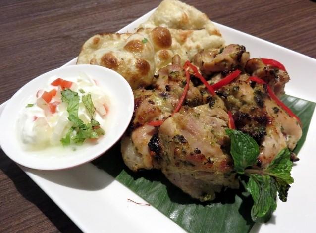 Chicken malai tikka, potongan daging ayam dengan aroma gurih ini disajikan dengan roti naan dan saus yoghurt segar. Nyam!