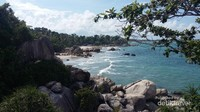 Sisi utara pantai ini adalah Pantai Tanjung Kelayang