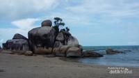 Tumpukan batu granit tengah pantai, ciri khas Turun Aban