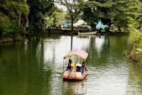 Pengelola menyediakan beberapa fasilitas. Seperti perahu genjot yang bisa disewa dengan harga Rp 15.000.