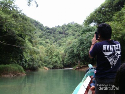 Asiknya Naik Perahu ke Curug Cikaso Sukabumi