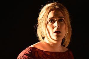 Makan Burger, Cara Adele Obati Kekecewaan Usai Tampil di Grammy Awards