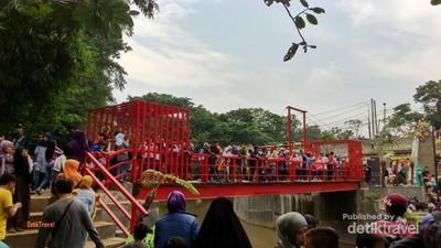 Liburan di Bantaran Sungai Ala Bandung