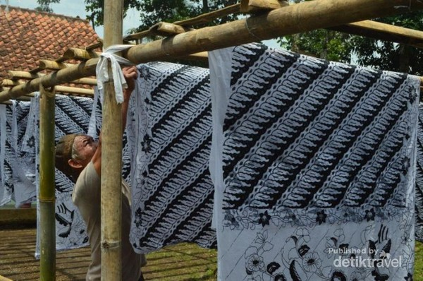 Proses penjemuran batik di sentra batik CIroyom aca8af00c9