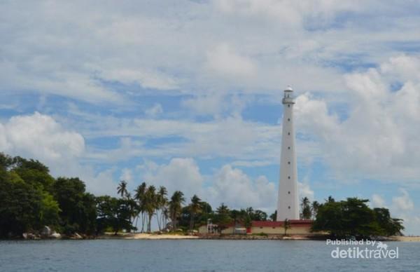 Pulau Lengkuas Belitung, nampak sekitar 500 meter dari perairan. Di pulau yang tidak besar ini, terdapat Menara Mencusar yang telah berusia ratusan tahun.
