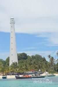 Mercusuar di Pulau Lengkuas dikelilingi pohon kelapa dengan pasirt putihnya yang mengahmpar.