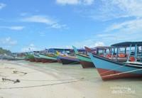 Kapal-kapal kecil bersandar di pantai Pulau Kepayang, sekitar 5 KM dari Pulau Lengkuas