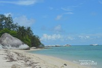 Pantai Pulau Kepayang nampak sangat indah dengan air yang jernih dan pasir putih.