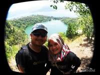 Saya dan istri berlatarkan Danau Ngade
