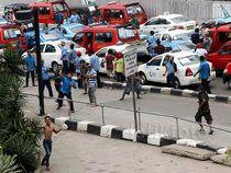 Sopir Taksi dan Ojek Online Saling Lempar Batu