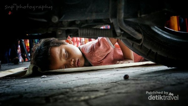Tidur beralaskan debu jalanan. Itulah yang dirasakan beberapa anak jalanan di Jakarta. Kondisi ini harus menggugah jiwa sosial kita.