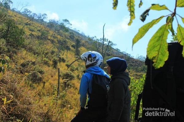 Makin banyak traveler yang senang naik gunung, tapi mungkin tidak diimbangi dengan ilmu yang memadai. Jadilah kita menjumpai pendaki gunung yang memakai helm di Gunung Ciremai.