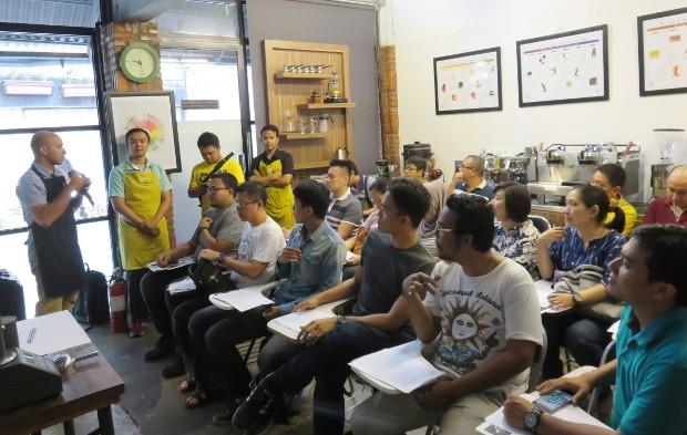 Ada sekitar 40 peserta yang terbagi menjadi dua sesi kelas roasting yang sangat antusias mendengarkan penjelasan Irvan Helmi.