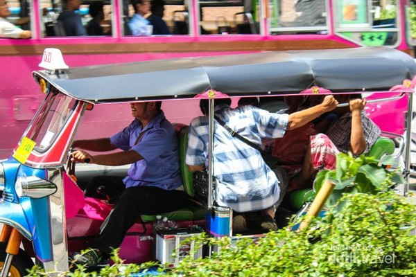 Tuk-tuk adalah kendaraan khas dari Thailand. Bentuknya mirip seperti bajai di Indonesia. Uniknya, ternyata tuk-tuk bisa muat untuk berama-ramai, walaupun agak sedikit dipaksakan.