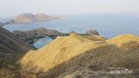 Bukit dan lekukan pulau menambah eksotisme