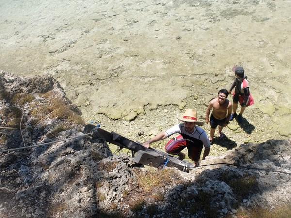 Kehe Daing dapat didatangi saat air laut surut dan pasang. Saat pasang, traveler dapat naik anak tangga dan trekking sebentar (Afif/detikTravel)