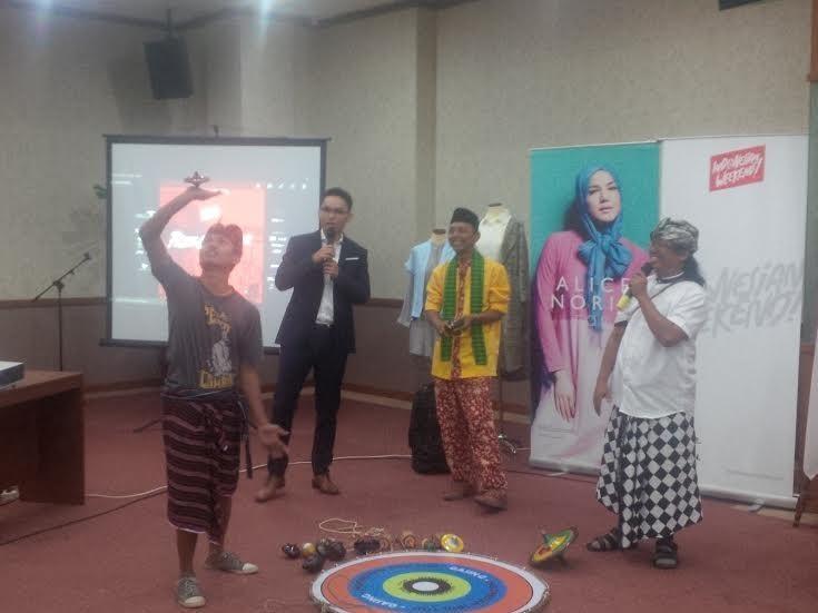 Aksi permainan gasing di press conference Indonesian Weekend (Fitraya/detikTravel)