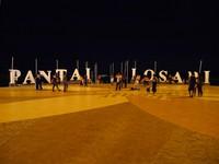 Pantai Losari ada di bagian barat Kota Makassar. Ini menjadi favorit warga serta turis untuk nongkrong asyik pada pagi, menjelang sore hingga malam hari (Kurnia/detikTravel)