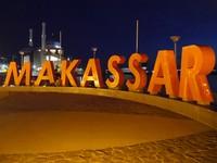 Banyak tulisan-tulisan besar yang asyik buat latar foto. Misalnya, Pantai Losari, Makassar, Bugis dan masih banyak lagi (Kurnia/detikTravel)