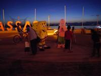 Ada beberapa orang yang berkostum tokoh kartun, seperti Sponge Bob dan Patrick. Traveler boleh saja kalau mau foto bareng mereka, tarifnya bersahabat di kantong (Kurnia/detikTravel)