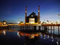 Selain menikmati suasana pantai, traveler bisa sekaligus wisata religi ke Masjid Amirul Mukminin. Masjid tersebut begitu unik dengan posisinya yang terapung (Kurnia/detikTravel)