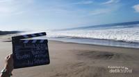 Pantai Danau Kembar. Satu lagi pantai yang kurang pengawasan dari pemerintah setempat. Namun, sepanjang mata memadang hanya melihat deburan ombak dari lautan lepas.