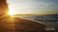 Ini Sunrise di Pantai Laguna. Pantai ini banyak digunakan sebagian anak muda Bengkulu untuk membangun tenda di pinggir pantai. Nah, minimnya tempat penginapan jadinya kita menginap di Kaur dimana masih ada setengah jam menuju ke sini.