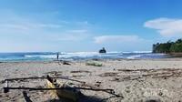 Pantai Way Hawang terletak di antara Merpas dan Bintuhan, Pantai Way Hawang memiliki pasir putih dan tentunya Batu Jung. Batu Jung ini adalah batu karang yang besar berbentuk seperti sebuah kapal atau perahu.