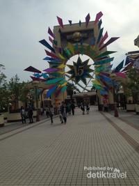 Sampai di depan gerbangnya gratis, lumayan bisa foto-foto