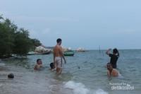 Wisatawan sedang mandi di Pantai Batu Tambun
