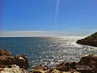 Hamparan laut yang tenang dan biru