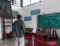Pengunjung melihat koleksi Museum Brawijaya