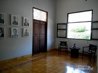 Meja kursi tamu dan foto pemimpin Bentoel