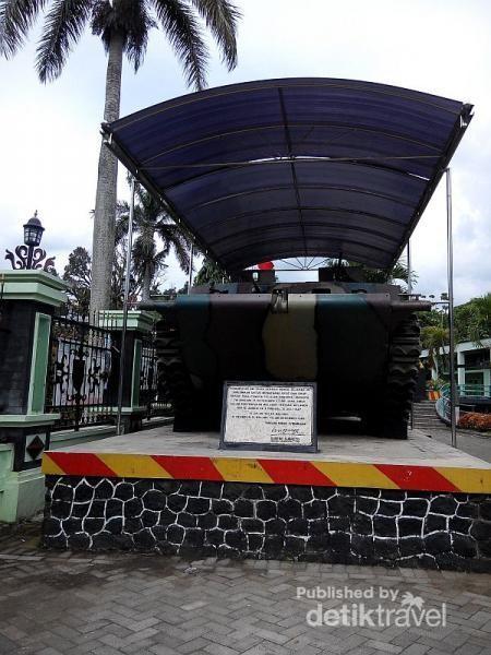 Penumpang bus macyto suka berfoto di museum brawijaya