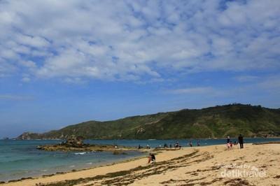 Pantai Kuta Lombok yang Pasirnya Seperti Merica