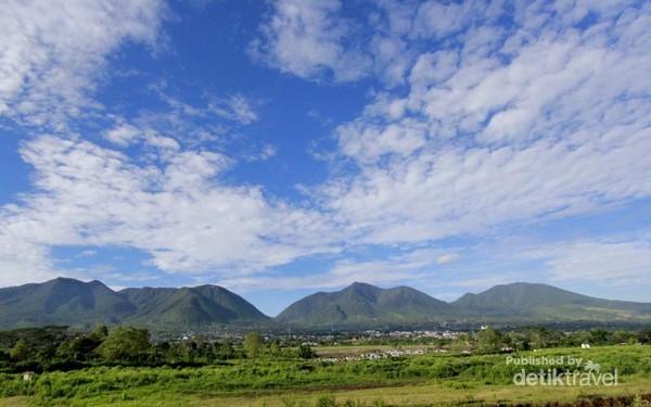 Kota Ruteng Dengan latar belakang  Mandusawu