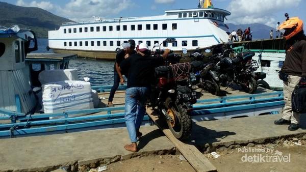 Menyeberang menuju Pulau Adonara