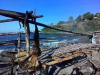 Yang tersisa dari sirip kecil Orca di pantai Lamalera