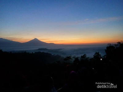 Melihat Golden Sunrise di Punthuk Setumbu