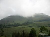 Gunung Sipiso-Piso tertutup kabut