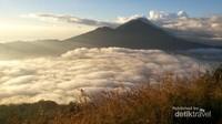 Samudera awan berbalut sunrise menambah kecantikan Gunung Batur