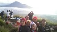 Berfoto dengan latar Gunung Abang
